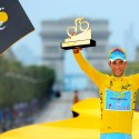 Astana team rider Vincenzo Nibali of Italy celebrates his overall victory on the podium after the 137.5 km final stage of the 2014 Tour de France, from Evry to Paris Champs Elysees, July 27, 2014.    REUTERS/Jerome Prevost/Pool (FRANCE  - Tags: SPORT CYCLING)   - RTR40B2F