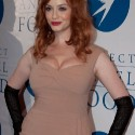 thumbs 500x christina hendricks cleavage 01